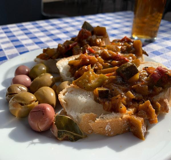 スペイン料理のオリーブとパン