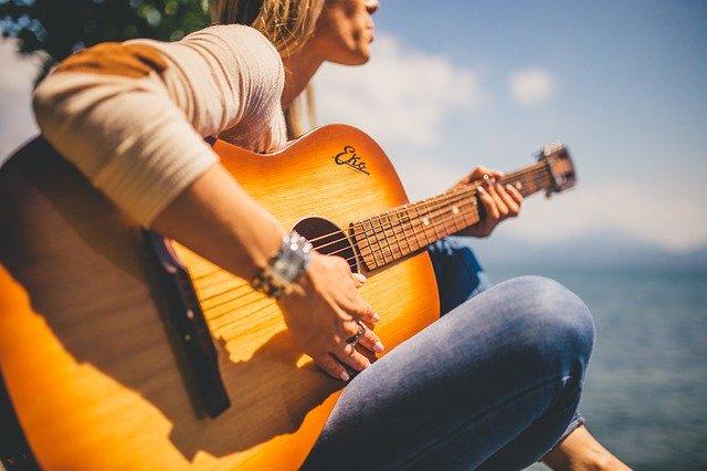 アコースティックギターと男性