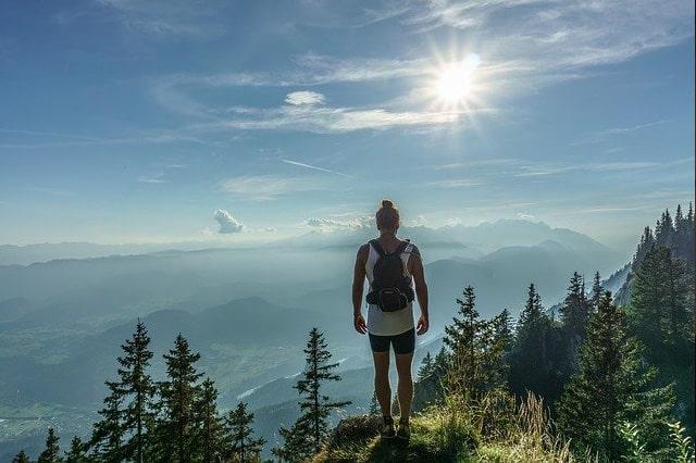 ハイキングをしている人
