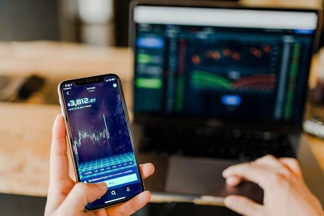スマートフォンでの投資の取引画面