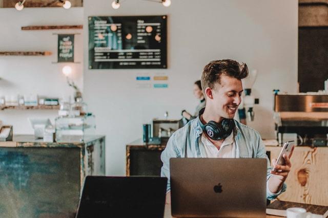 カフェで勉強をする男性