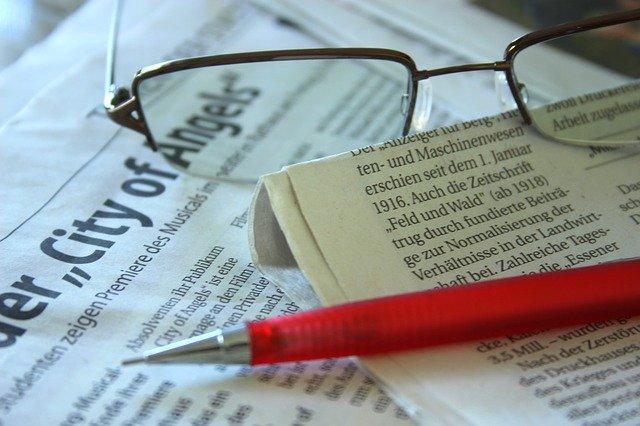 メガネと新聞とペン