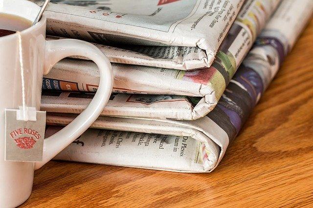 カップと新聞紙