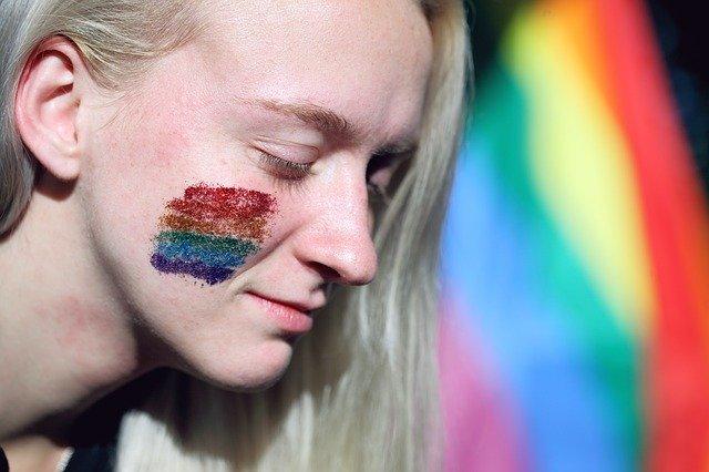 LGBTのデモに参加をする女性