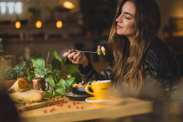 レストランで食事をしている女性