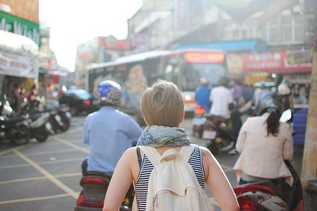 旅行をしている女性