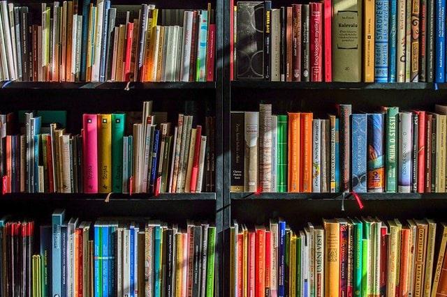 沢山の本が並んだ本棚