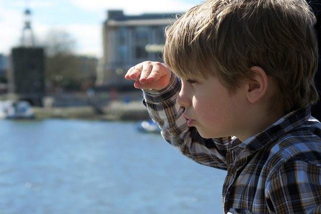 港にいる少年
