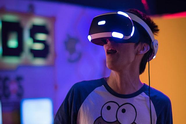 VRを楽しむ男性
