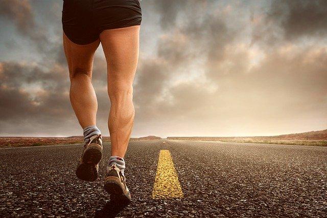 道路を走っている人の足
