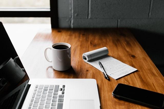 テーブルの上のブログ更新用具