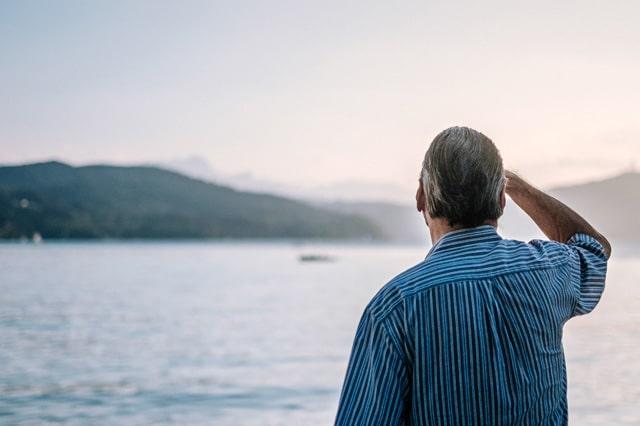 海をみている男性