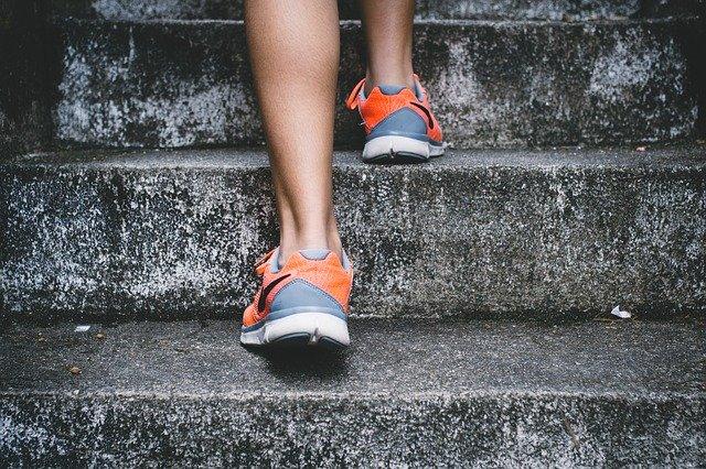 階段を登る人の足
