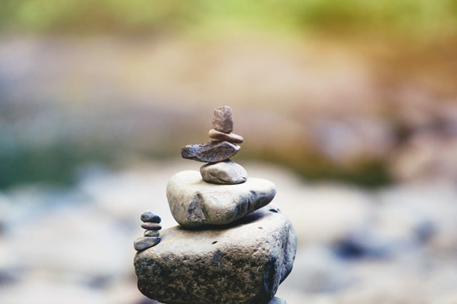 川で積み上がっている石