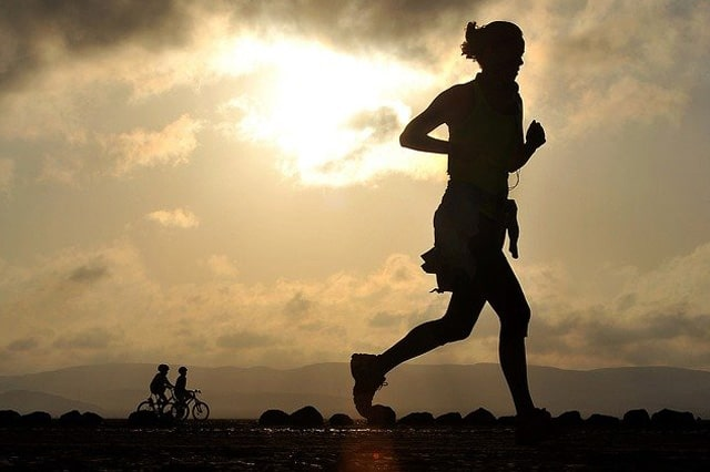 1人で走っている女性