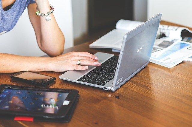働く女性とラップトップ