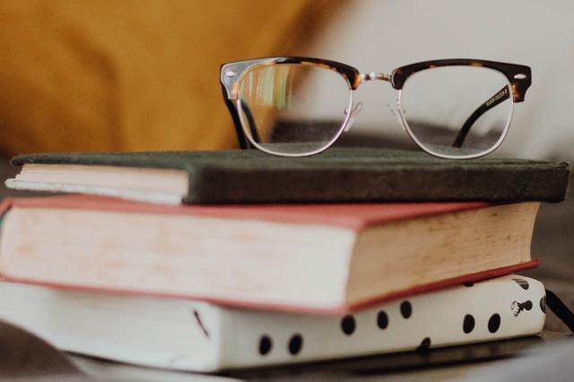 3冊の本とメガネ