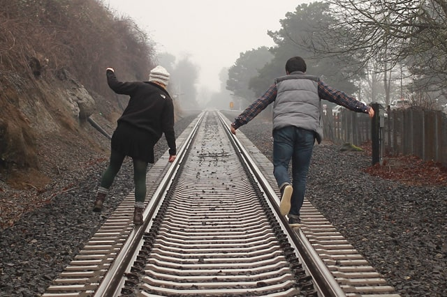 線路を歩く2人