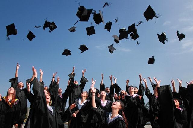 大学卒業の帽子投げ