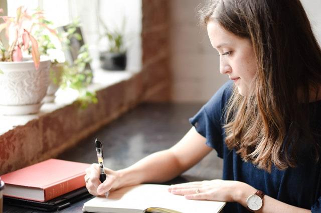 日光を浴びながら勉強をする女性