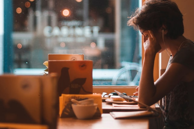 カフェで勉強をしている女性