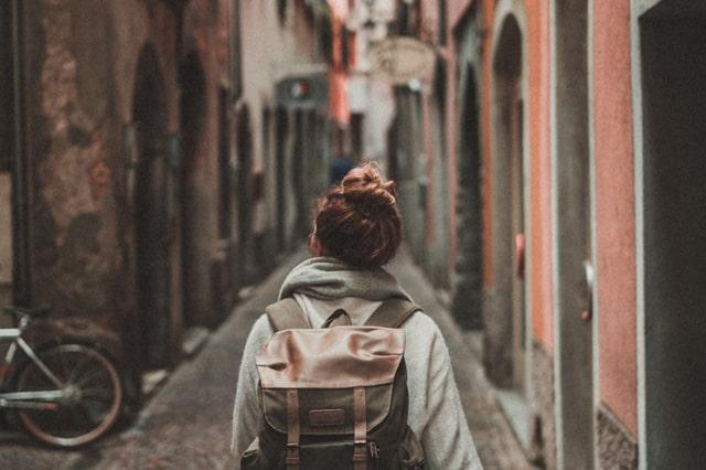 古い街の中を歩く女性