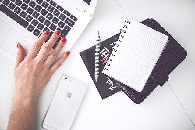 ブログを更新する人の手