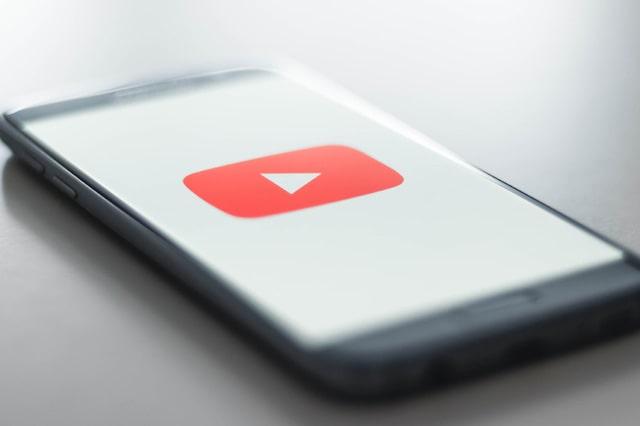 Youtubeアプリを起動しているスマートフォン