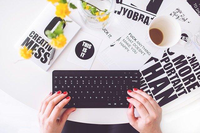 ブログを書く女性の手