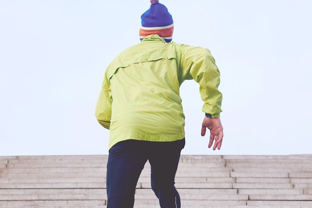 階段を走る男性