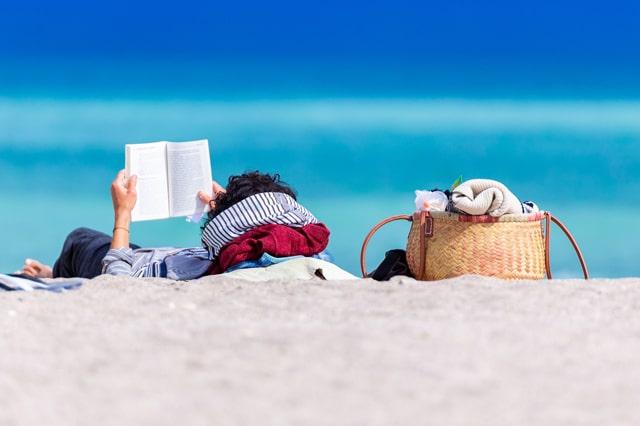 ビーチで本を読む人