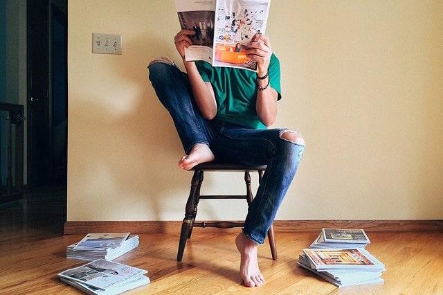 雑誌を読む人