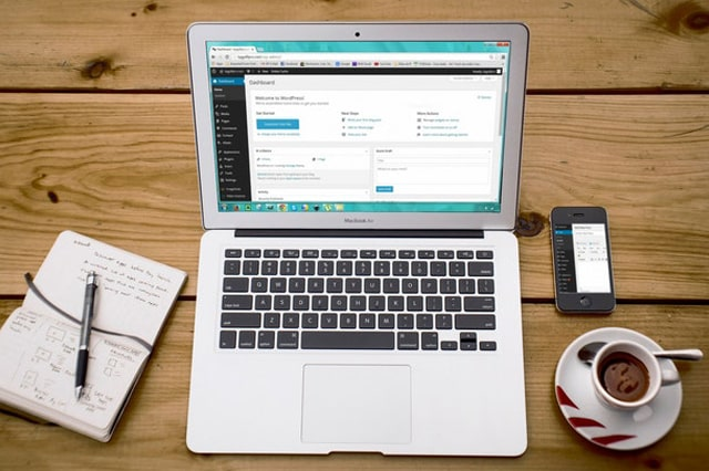 机の上のパソコンとノート